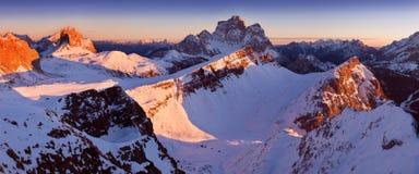 Primeira neve nos cumes Nascer do sol fantástico nas montanhas das dolomites, Tirol sul, Itália no inverno Dolomites alpinas ital imagens de stock royalty free