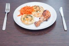 Primeira opini?o da pessoa para o caf? da manh? de ovos mexidos fritados, de p? de galinha e da cenoura coreana em uma placa bran fotografia de stock royalty free