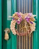 Primeiramente da grinalda de maio na porta do verde do vintage fotos de stock royalty free