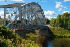 Primeiramente na ponte de arco de a?o de R?ssia no rio Msta fotos de stock royalty free