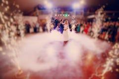 Primeiramente noiva da dança em um restaurante imagens de stock
