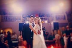 Primeiramente noiva da dança em um restaurante fotos de stock