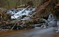 Primeiramente o tempo realmente frio congela a água da angra fotos de stock