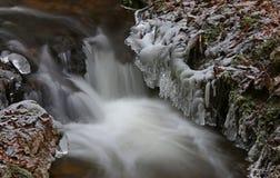 Primeiramente o tempo realmente frio congela a água da angra foto de stock
