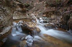 Primeiramente o tempo realmente frio congela a água da angra imagens de stock