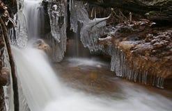 Primeiramente o tempo realmente frio congela a água da angra fotografia de stock royalty free