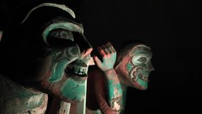 Primeiras esculturas de madeira das nações vídeos de arquivo