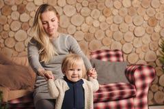 Primeiras etapas com apoio da mamã Imagem de Stock