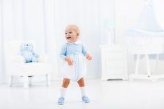 Primeiras etapas do bebê que aprendem andar Fotos de Stock