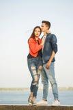 Primeiro amor Adolescentes em uma data fotos de stock