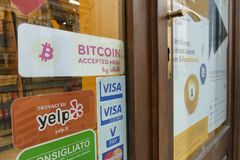 Primeiro bitcoin que aceita a loja cidade Turin Itália no 23 de janeiro de 2018 Foto de Stock