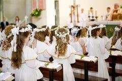 Primeiro comunhão - igreja, padre imagem de stock