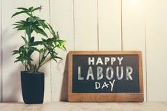 Primeiro de maio, o 1º de maio Placa de giz pequena com Dia do Trabalhador do texto Internati Foto de Stock Royalty Free