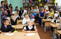 Primeiro-graduadores com seus pais na primeira lição o 1º de setembro Fotografia de Stock Royalty Free