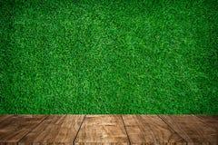 Primeiro plano de madeira com campo de esporte da grama verde fotografia de stock