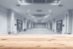 Primeiro plano de madeira com construção moderna interior do borrão imagens de stock