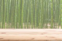Primeiro plano de madeira com fundo de madeira de bambu da floresta do borrão imagens de stock royalty free