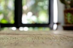 Primeiro plano de madeira da tabela do vintage com fundo do borrão no café foto de stock royalty free