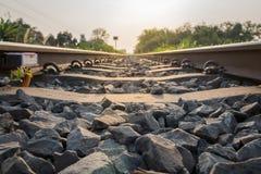 Primeiro plano de pedra na trilha railway Imagens de Stock