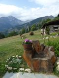 Primeiro plano de um banco de madeira ao formulário da mão com afinal as montanhas Val de Suza, Itália fotos de stock royalty free