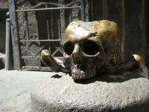 Primeiro plano de uma escultura de um crânio e de ossos cruzados na frente da igreja do purgatório no centro de Nápoles Italy Imagem de Stock Royalty Free