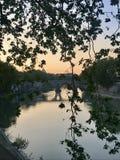 Primeiro por do sol no rio de Tevere Fotografia de Stock Royalty Free