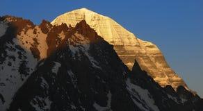 Primeiro Sun no Snowmountain imagens de stock royalty free