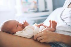 Primeiros dias do sono recém-nascido do bebê da vida em casa imagens de stock