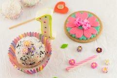 Primeiros preparação, bolo e vela da celebração do aniversário Foto de Stock Royalty Free