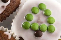 Primeiros queques do chocolate. árvore de Natal Fotos de Stock Royalty Free