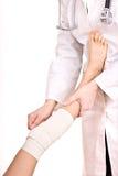 Primeiros socorros no traumatismo do joelho. Imagens de Stock