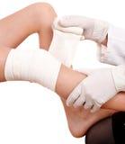 Primeiros socorros no traumatismo do joelho. fotografia de stock royalty free