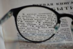 Primeiros versos da gênese através dos vidros de leitura fotos de stock royalty free