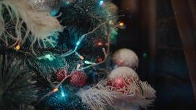 primer Árbol de Christmass Adornamiento de los juguetes Iluminación de la Feliz Año Nuevo almacen de metraje de vídeo