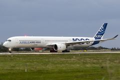 Primer Airbus A350-1000 a volar Imagen de archivo libre de regalías