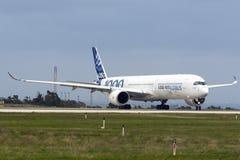Primer Airbus A350-1000 a volar Imágenes de archivo libres de regalías