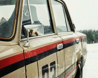 primer al aire libre del detalle del metal del espejo de la ventana del viejo transporte del coche Foto de archivo
