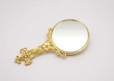 Primer al espejo de oro adornado hermoso, aislado Imagen de archivo
