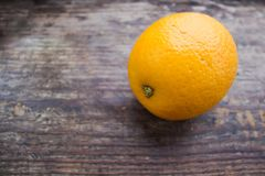Primer anaranjado grande en un tablero de madera Fotos de archivo libres de regalías