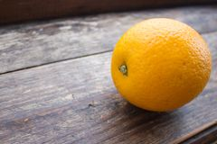 Primer anaranjado grande en un tablero de madera Fotografía de archivo libre de regalías
