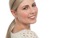 Primer apretado de la cara de la muchacha rubia adolescente sonriente Imagenes de archivo