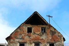 Primer arruinado abandonado de la casa de paredes quebradas y de ladrillos que falta Fotografía de archivo