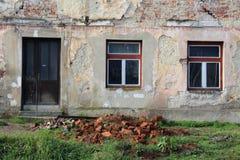 Primer arruinado abandonado de la casa de puertas principales y de ventanas con la fachada parcialmente caida Imagen de archivo libre de regalías
