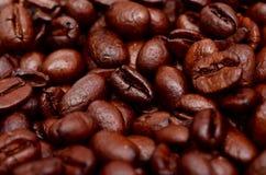 Primer asado de los granos de café Fotos de archivo