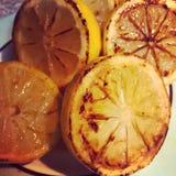 Primer asado a la parrilla de los limones fotos de archivo libres de regalías