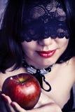Primer atractivo de la cara de la mujer con la máscara negra del cordón Fotografía de archivo libre de regalías