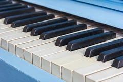 Primer azul del piano con llaves blancos y negros Fotografía de archivo libre de regalías
