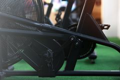 Primer - bicis del aire para el entrenamiento cardiio intensivo en el gimnasio foto de archivo libre de regalías