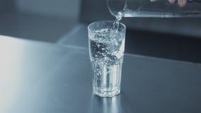 Primer a cámara lenta del batanado de cristal con agua metrajes