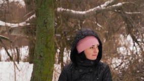 Primer, cámara lenta, mujer hermosa que monta un oscilación en el invierno en el bosque metrajes
